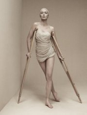 emily-blunt-and-walking-on-crutches-profile